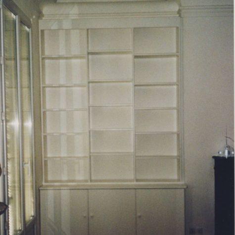 bibliothèque avec porte en latte laque blanc