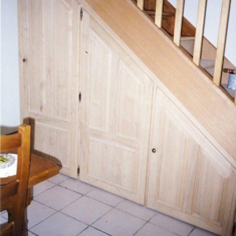 placard sous escalier portes battante en châtaigner